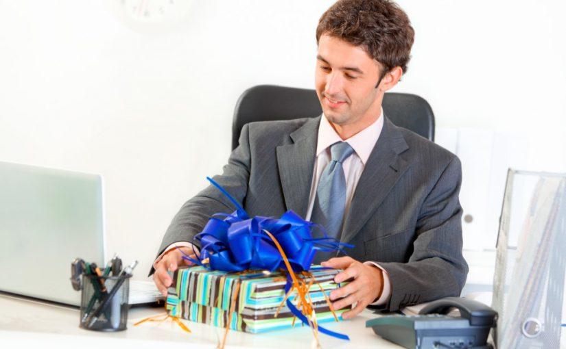 Medarbejder der stopper og sidder med sin afskedsgave