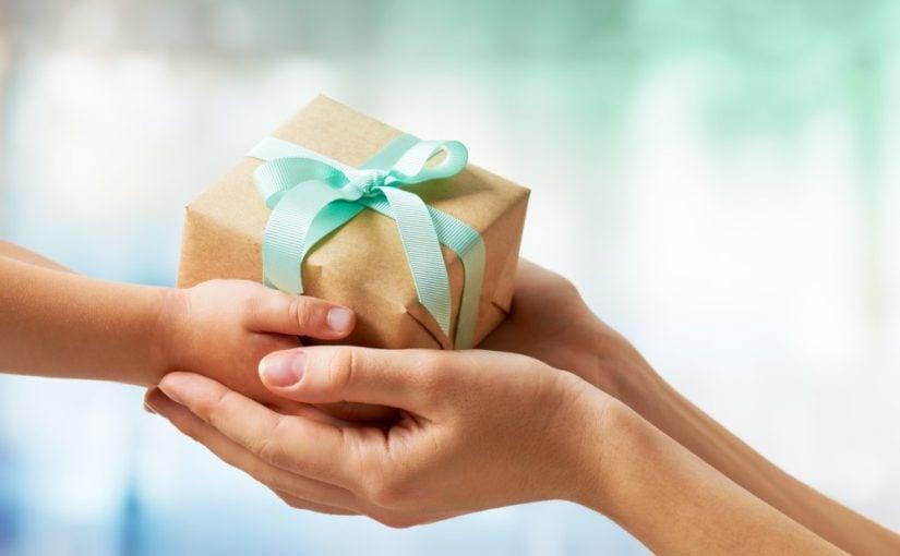Barn der giver en kvinde en gave